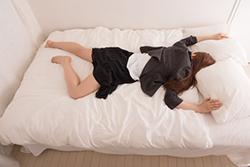 うつ伏せに寝ている女性